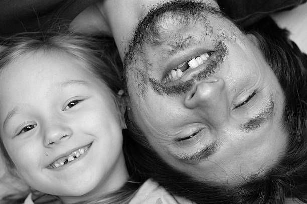 porträt von vater und tochter ohne einen zahn - zahnlücke stock-fotos und bilder