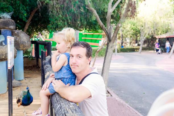 porträt der vater seinem kleinkind tochter suchen, die natur in den zoo park hielt. familie ruhe, verbringen zeit zusammen konzept. selektiven fokus. kopieren sie raum. - vorschulzoothema stock-fotos und bilder