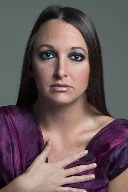 Retrato de mujer belleza usando pañuelo púrpura - foto de stock