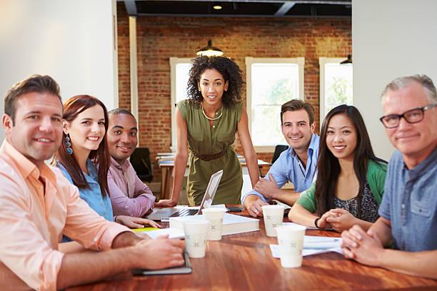 Retrato de mulheres com o chefe na reunião de equipe - foto de acervo