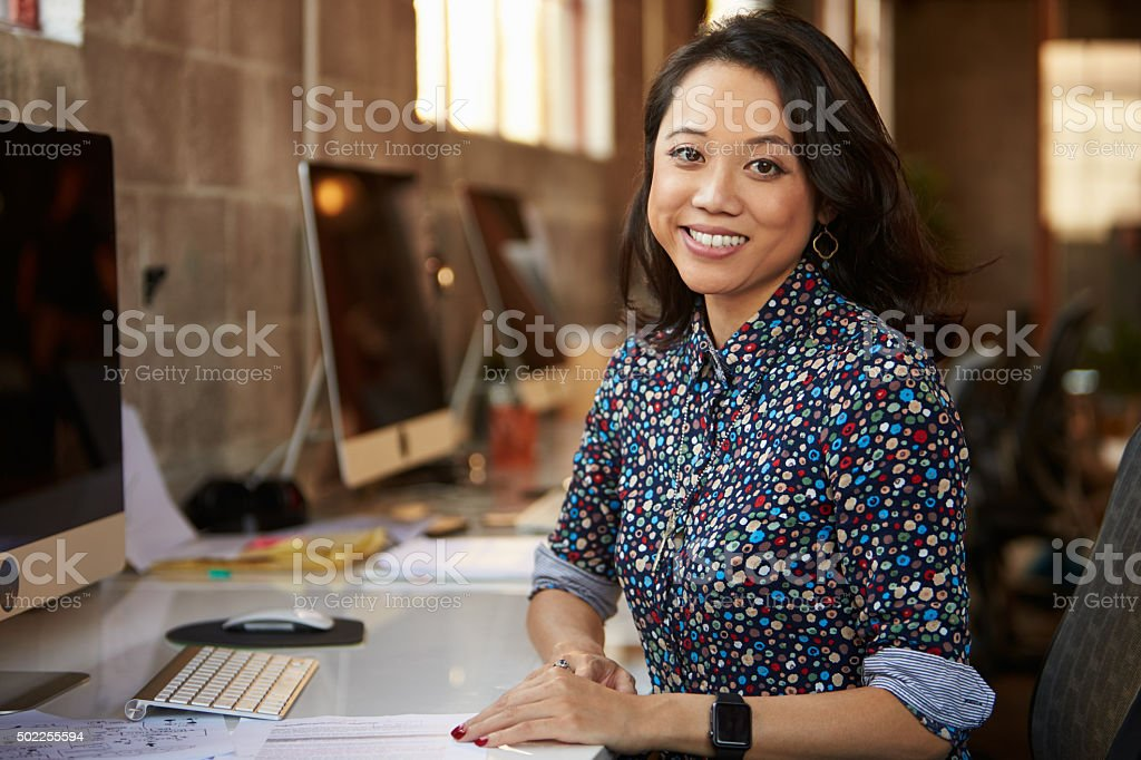 Portrait Of Female Designer Working At Desk In Modern Office圖像檔