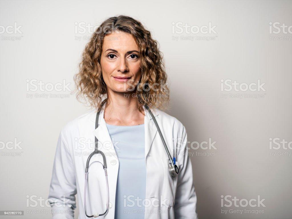 Porträt der Ärztin gegen Wand im Krankenhaus – Foto