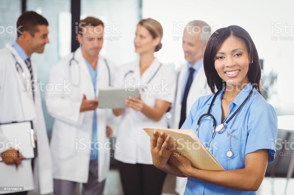 Portrait de femme médecin détenant le rapport médical photo libre de droits