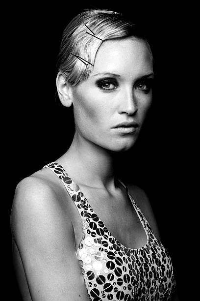 porträt eines weiblichen mode-modell, schwarz und weiß - haarnadeln stock-fotos und bilder