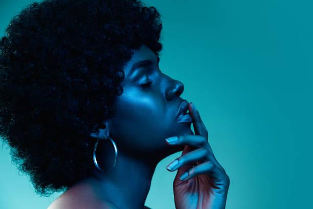 Porträt eines weiblichen High-Fashion-Models im Neonlicht – Foto