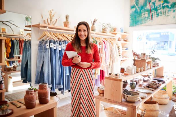 獨立服裝和禮品店的女性擁有者的肖像與數位平板電腦 - 商店 個照片及圖片檔