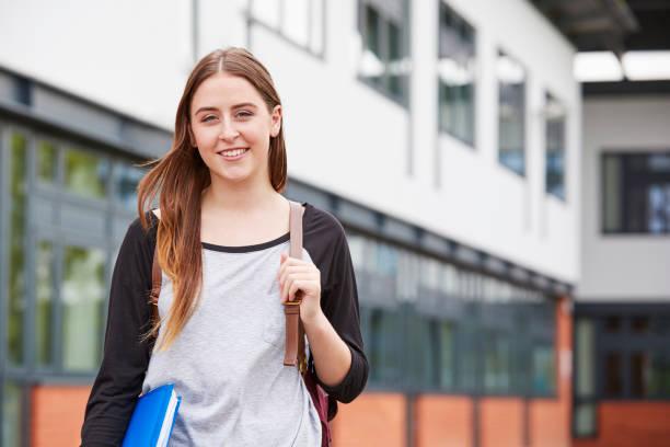 portrait de femme étudiant debout extérieur édifice college - fille 16 ans photos et images de collection