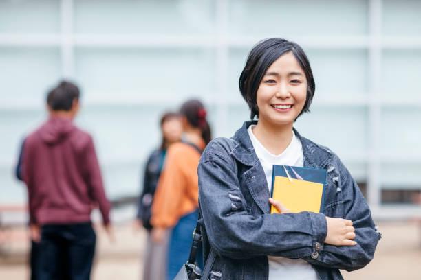 女子大学生の肖像画 - 大学 ストックフォトと画像