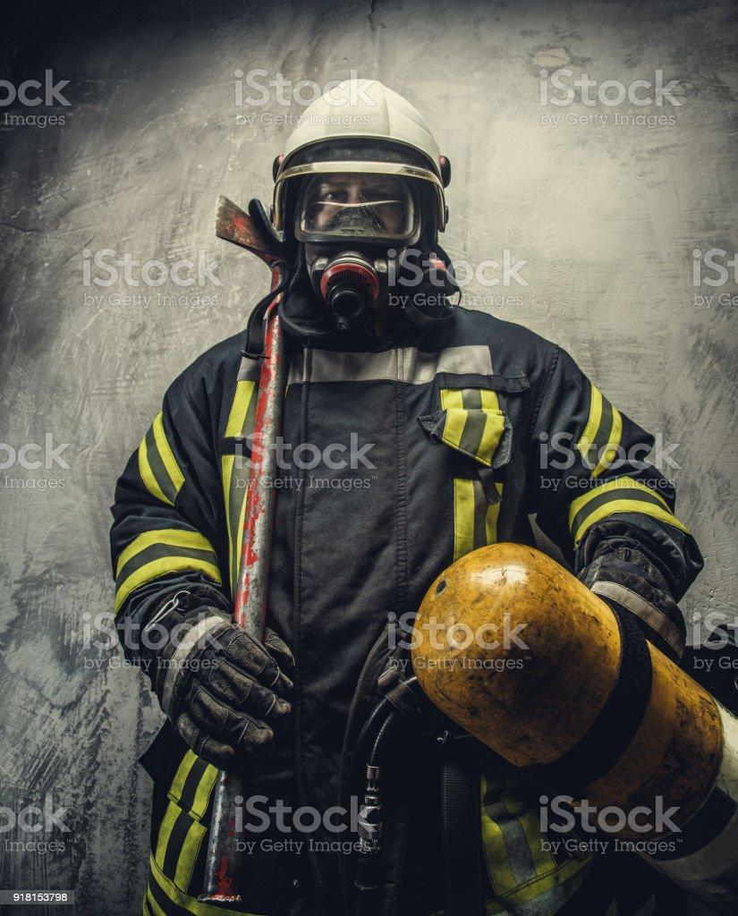 Retrato de bombero en seguridad uniforme. - Foto de stock de Accesorio de cabeza libre de derechos