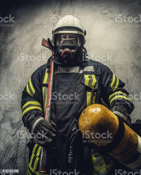 Retrato De Bombero En Seguridad Uniforme Foto de stock y más banco de imágenes de Accesorio de cabeza