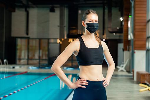 Femme pratiquant le crossfit au bord d'une piscine