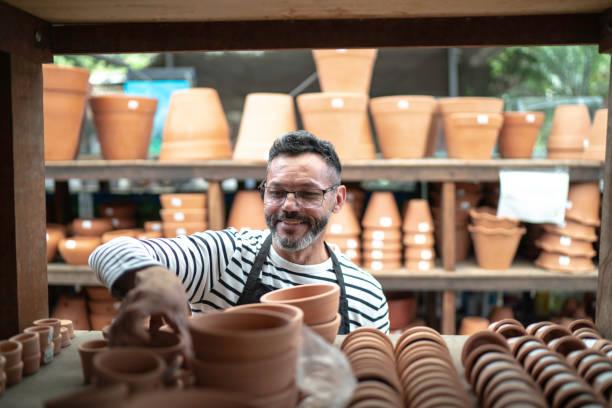 ritratto del florista piccolo imprenditore proprietario di un negozio di fiori - small business owner foto e immagini stock