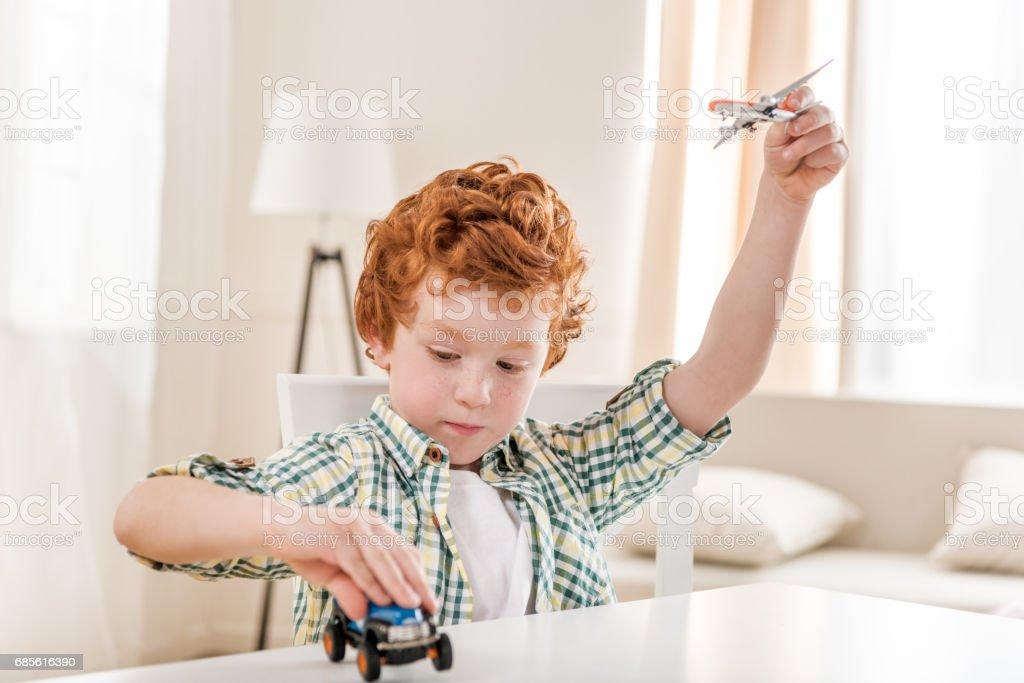 Porträt von fokussierten kleiner Junge spielt mit Spielzeug zu Hause Lizenzfreies stock-foto