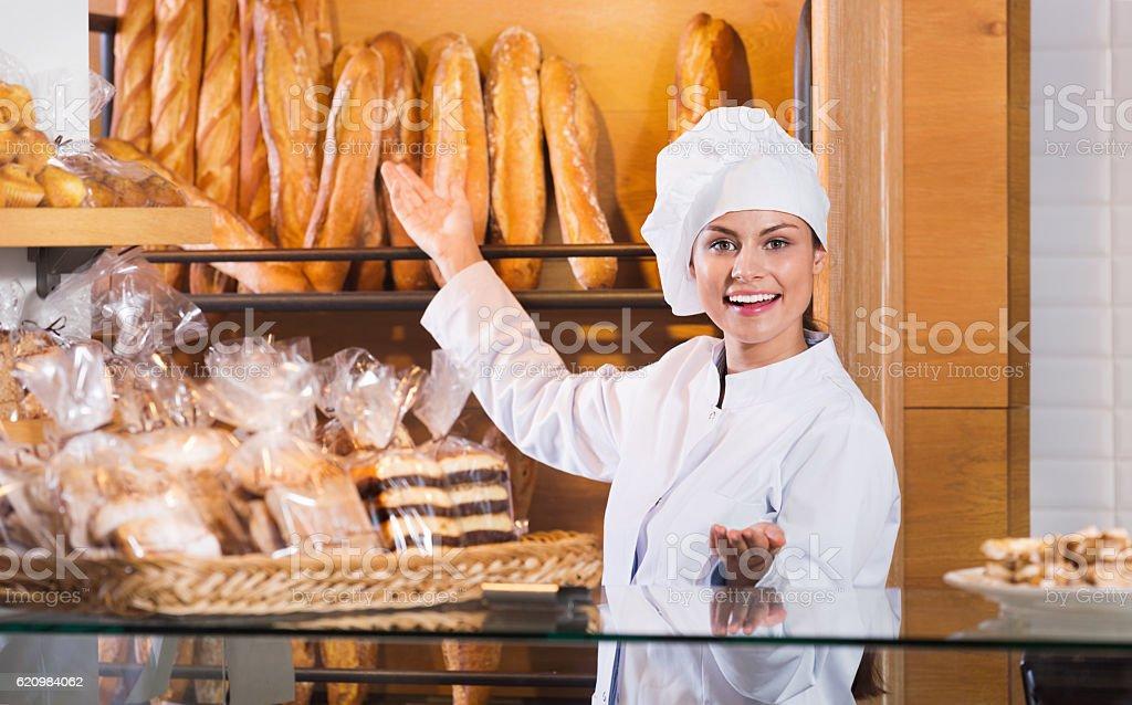 Retrato de toda mulher na padaria exibição foto royalty-free
