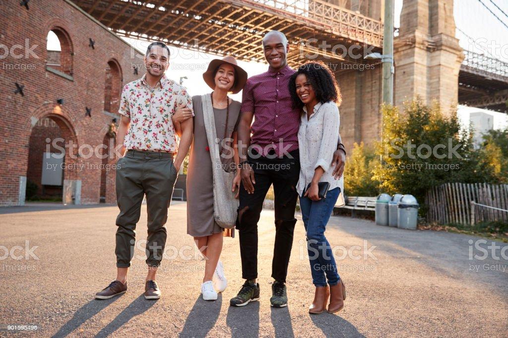 Retrato De Amigos Caminando Por El Puente De Brooklyn En Nueva York ...