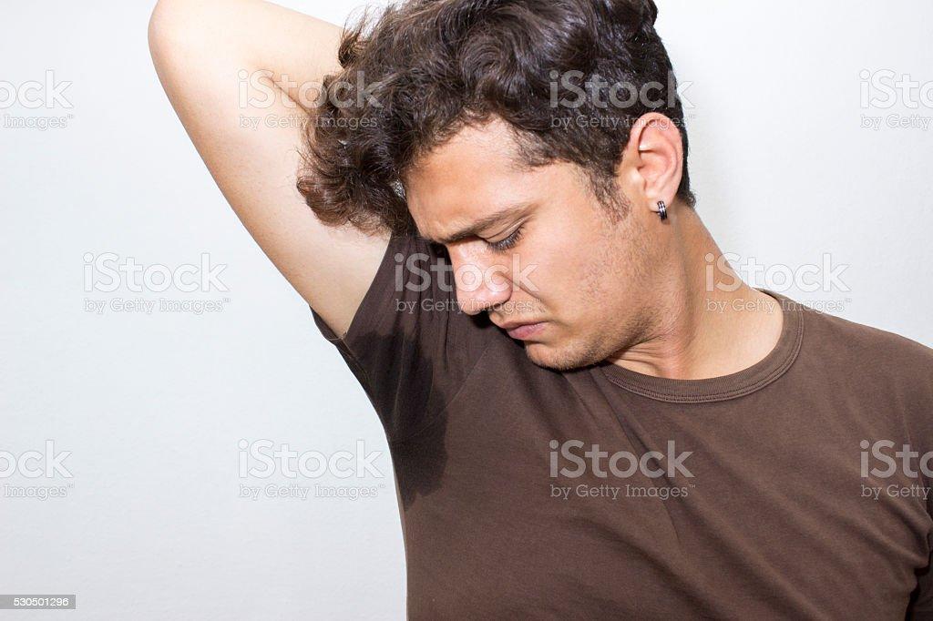 Portrait de jeune homme frustré parce que son aisselle odeur - Photo