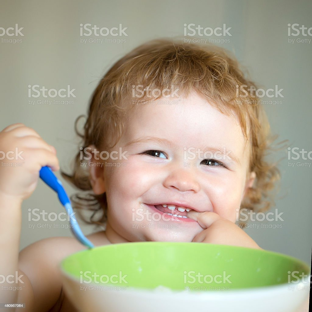 Porträt von lustige kleine Junge Essen – Foto
