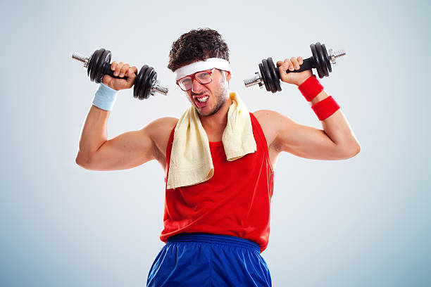 Portrait de drôle à la recherche Culturiste en train de soulever des poids - Photo
