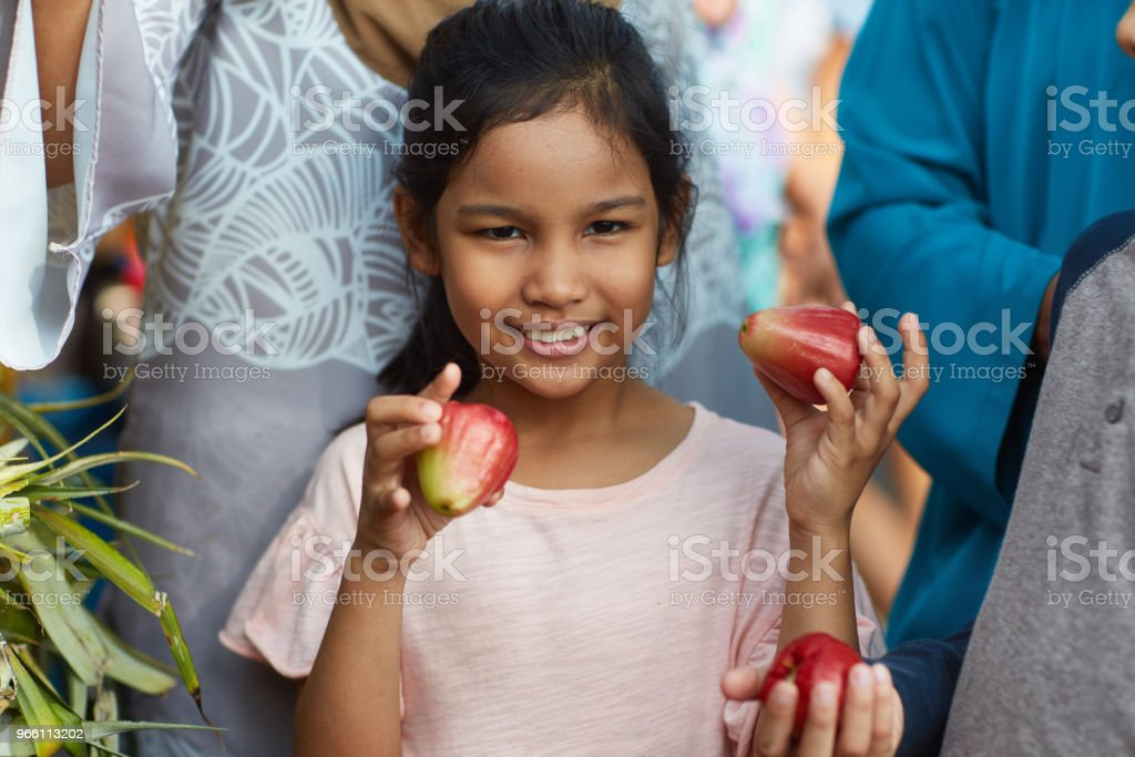 Portrait of girl holding water apples in market - Стоковые фото 8-9 лет роялти-фри
