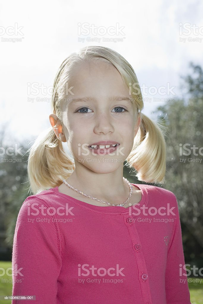 Portrait of girl (6-7) in park foto de stock libre de derechos