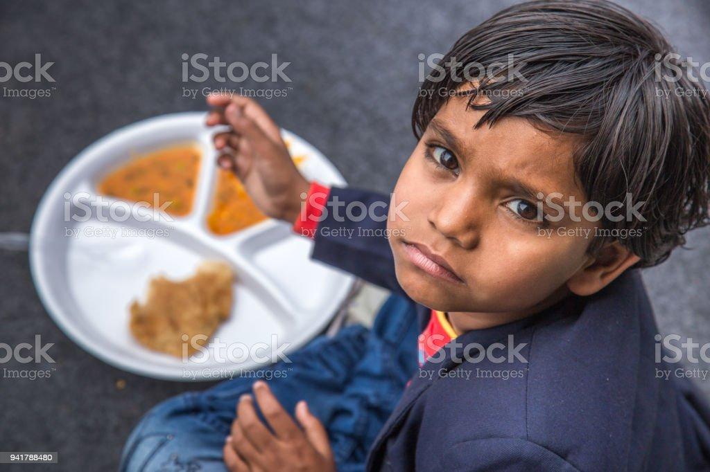 Retrato de niño niña con comida de medio día en la escuela India. - foto de stock