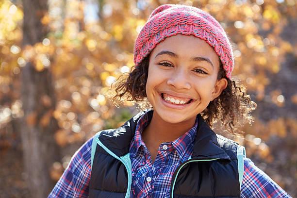portrait of girl playing in autumn woods - bos spelen stockfoto's en -beelden