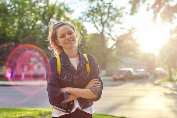 retrato do estudante de menina 15 anos velho com trouxa - vida de estudante - fotografias e filmes do acervo