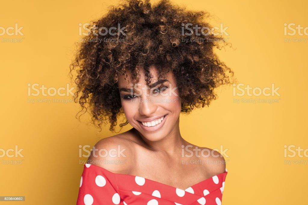 Retrato de niña con peinado afro. - foto de stock