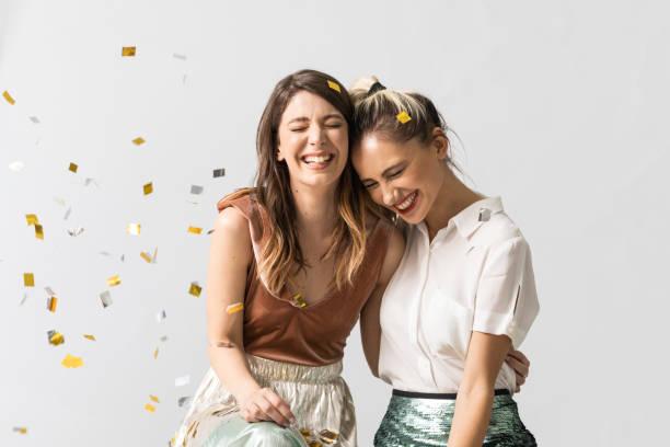retrato de novias en la fiesta - amistad fotografías e imágenes de stock