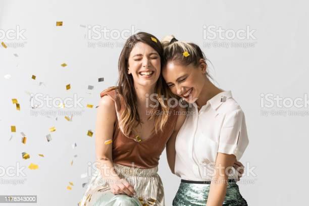 聚會上的女朋友肖像 照片檔及更多 一起 照片