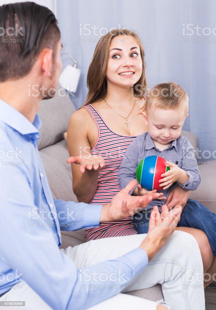 Porträt von froh und glücklich Familie reden - Lizenzfrei Ehefrau Stock-Foto