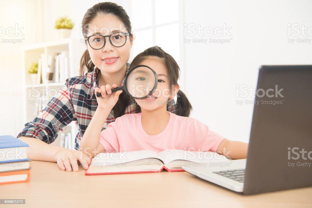 retrato de mulher de óculos professor e jovem garota - foto de acervo
