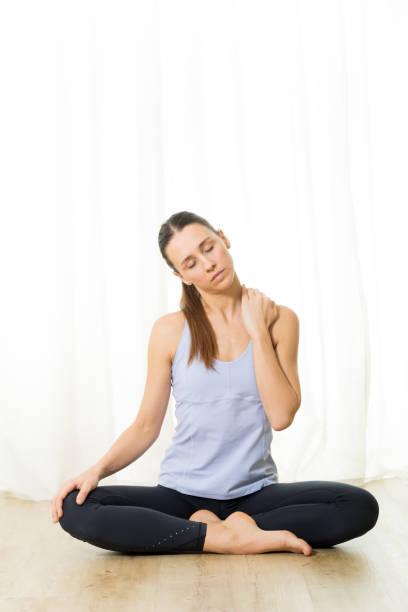 Retrato de una hermosa joven deportiva activa practicando ejercicios de respiración en el estudio de yoga. Estilo de vida activo saludable, hacer ejercicio en el interior del gimnasio - foto de stock
