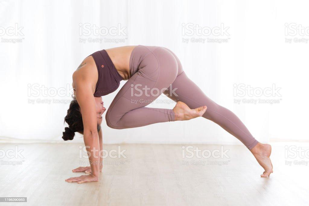 Porträt von wunderschönen aktiven sportlichen jungen Frau üben Yoga im Studio. Schöne Mädchen Praxis Sasangasana, Kaninchen Yoga Pose. Gesunder aktiver Lebensstil, Training drinnen im Fitnessstudio - Lizenzfrei Aktiver Lebensstil Stock-Foto