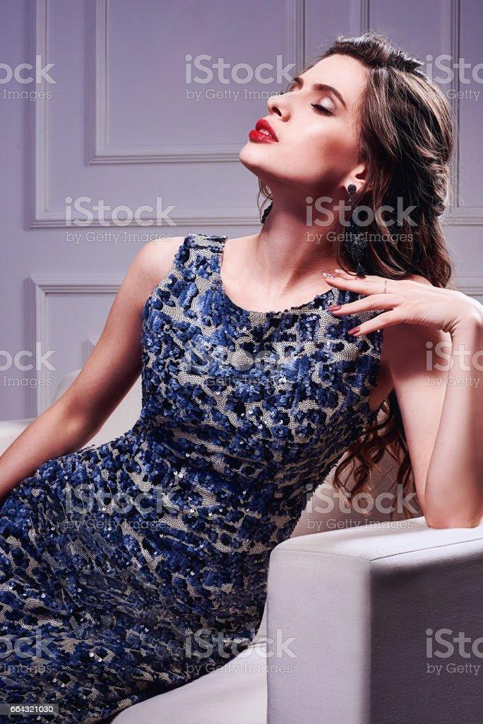 206893bc5e3 Portrait d une fille magnifique avec des cheveux bouclé longs. La robe de  cocktail