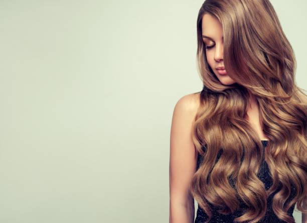 portrait de la jeune femme magnifique avec le maquillage élégant et la coiffure parfaite. - cheveux ou poils photos et images de collection