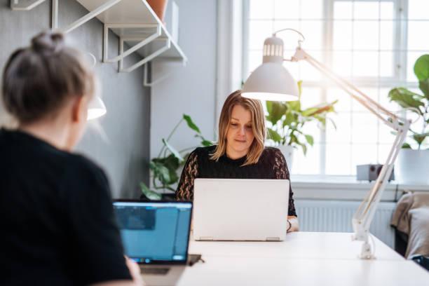 在斯堪的納維亞半島的平面設計師的肖像, 在筆記本電腦上工作。 - 虛擬辦公室 個照片及圖片檔