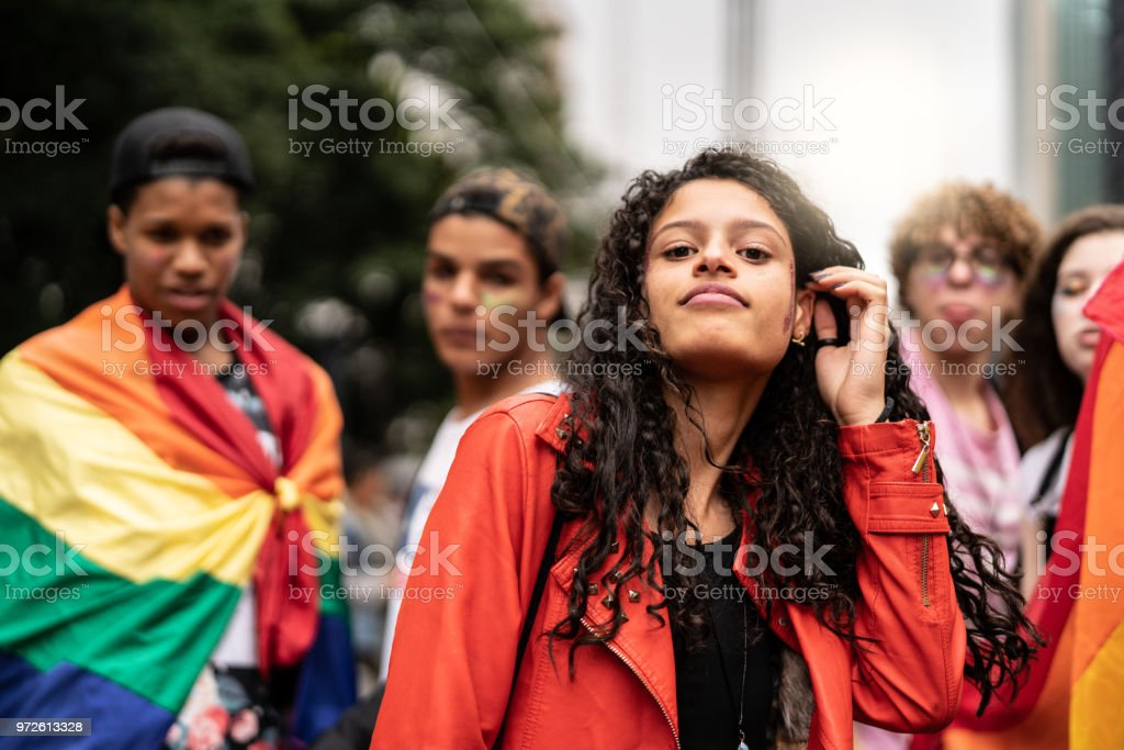 Retrato de grupo de amigos gays na parada Gay - foto de acervo