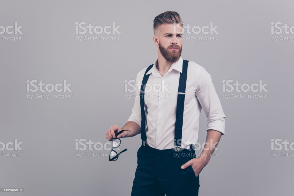 Portrait de superbes attrayant beau damée chic chic confiant concentré riche aisé habillé brutale financier maintenant main dans la poche tenant des lunettes à la recherche de fond gris côté isolé - Photo
