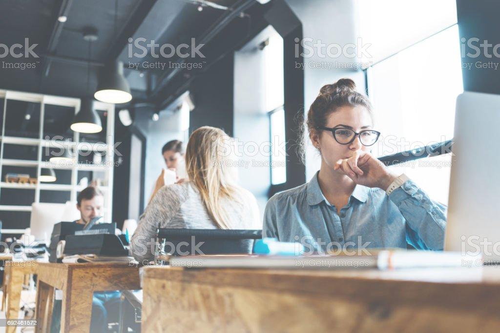 Porträt der schönen Business-Dame am Arbeitsplatz – Foto