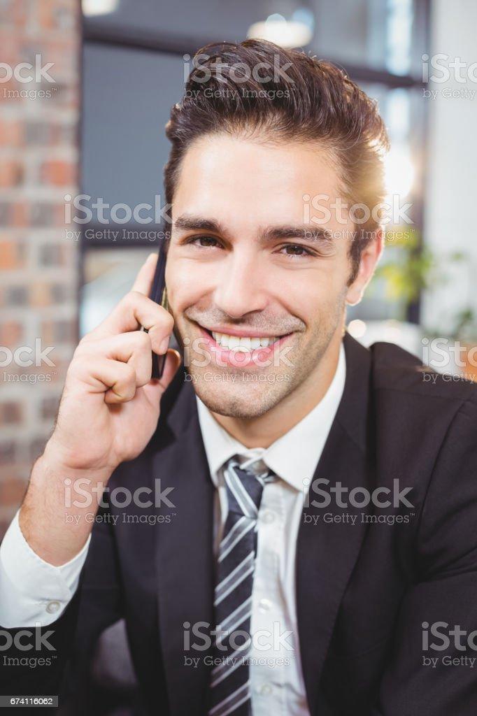 英俊的商人談行動電話的肖像 免版稅 stock photo