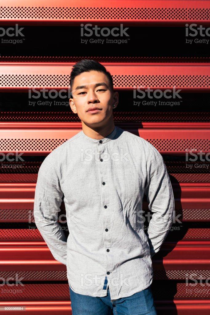 Porträt von hübschen chinesischen jungen Mann. – Foto