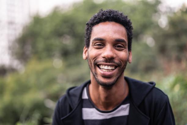 porträt von schöner latino afrikanischen mann - 30 34 jahre stock-fotos und bilder