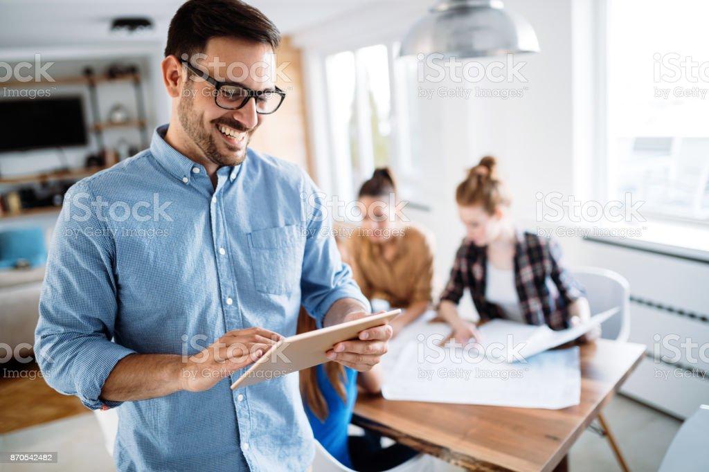 Porträt von gut aussehend männlichen Manager mit digital-Tablette – Foto