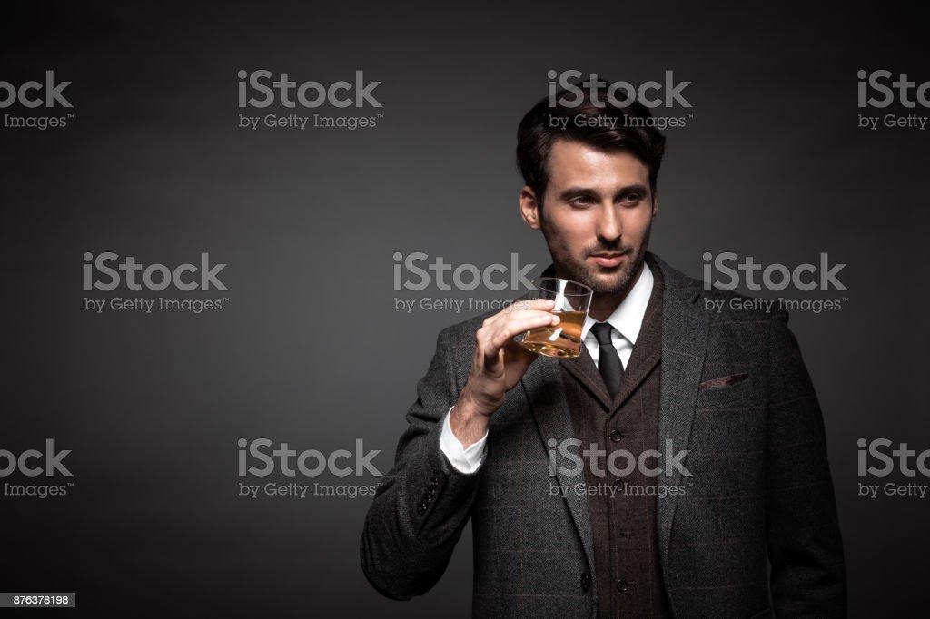 Porträt von gutaussehenden Mann trinken whiskey – Foto