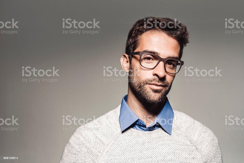 Porträt von hübscher Mann mit Brille – Foto