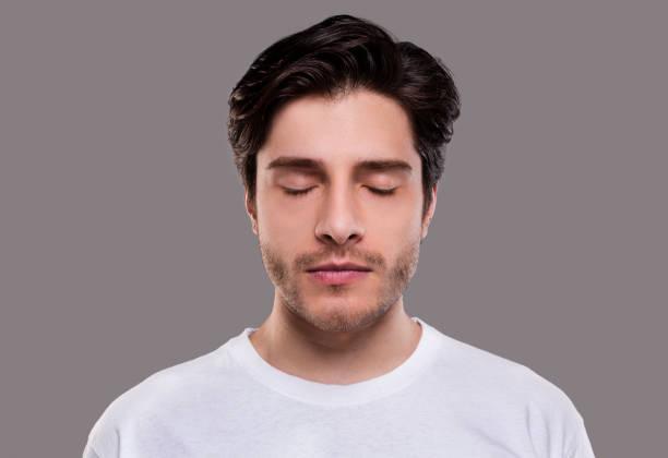 retrato do homem milenário considerável com olhos fechados - olhos fechados - fotografias e filmes do acervo