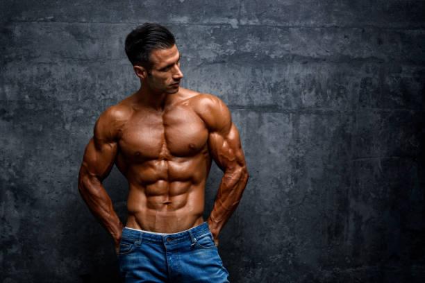 retratos de hombres musculosos guapos fuera - macho fotografías e imágenes de stock