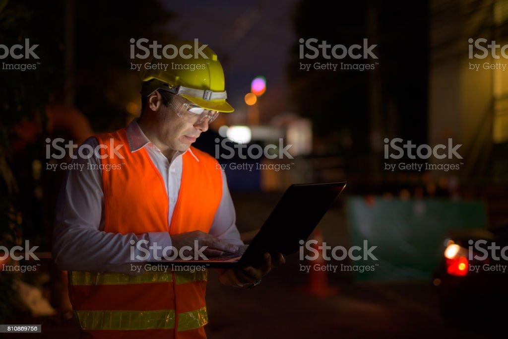 Porträt von schöner persischer Mann Bauarbeiter auf der Baustelle in der Nacht – Foto