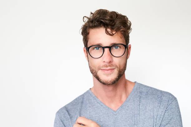 retrato de atractiva - un solo hombre joven fotografías e imágenes de stock